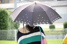 日焼けが日傘をさすだけでは防げない理由