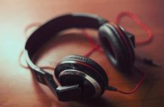 11億人に難聴リスク?携帯音楽の音量基準とは