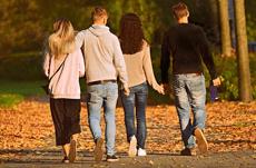 恋人がいる人は友達も多い?20~40代の恋愛事情