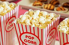 なぜ映画館では「ポップコーン」を食べるのか?