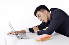なぜ仕事中に眠くなるのか?原因と対処法